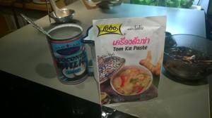pussikeitto, paketti kanaa ja purkki kookosmaitoa, thaiherkku on valmis!